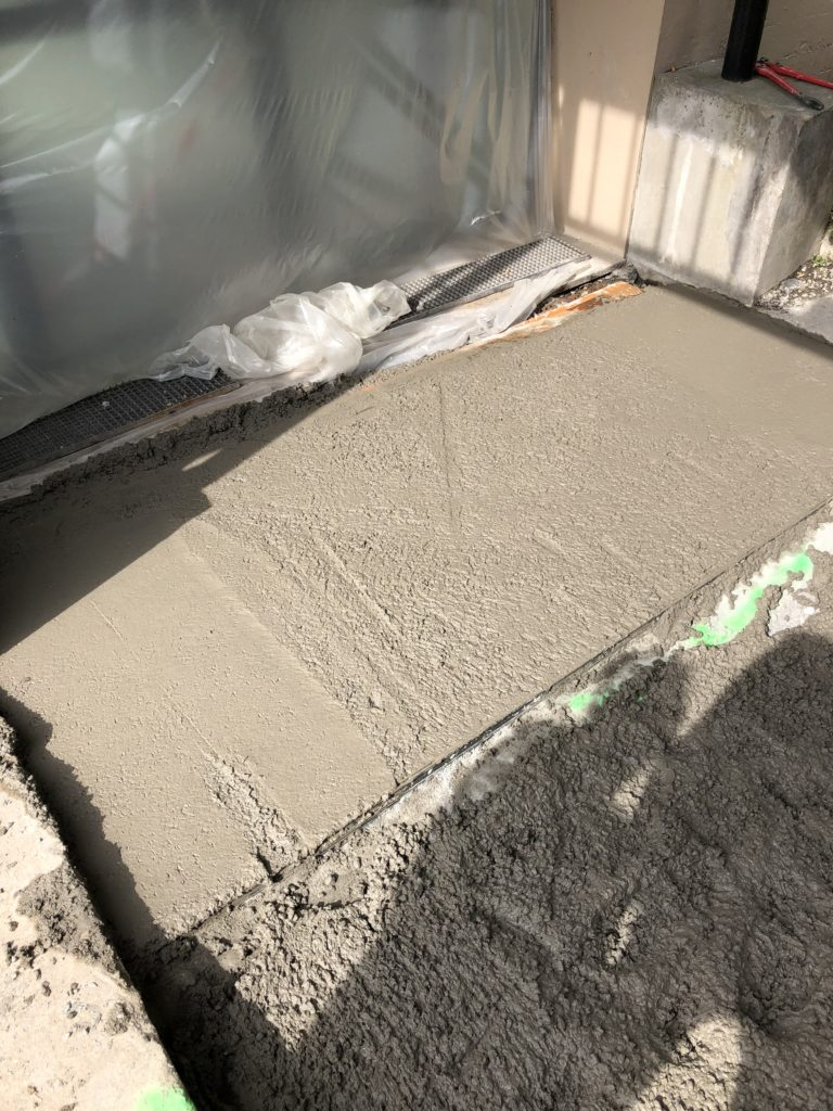 Dallage rampe béton conforme 2/2 & installation du caniveau - IUT